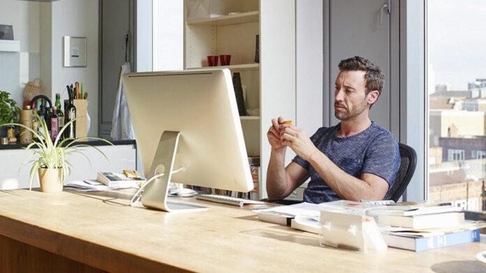 Persona trabajando desde casa